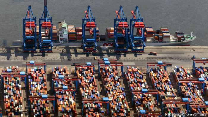 Schiff und Container im Hamburger Hafen