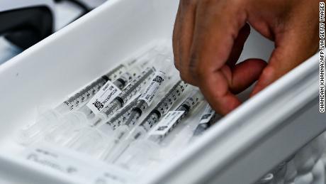 Nur 2 & quot;  Durchbrechen & quot;  Eine neue Studie ergab, dass Hunderte von Menschen infiziert sind, die vollständig geimpft wurden