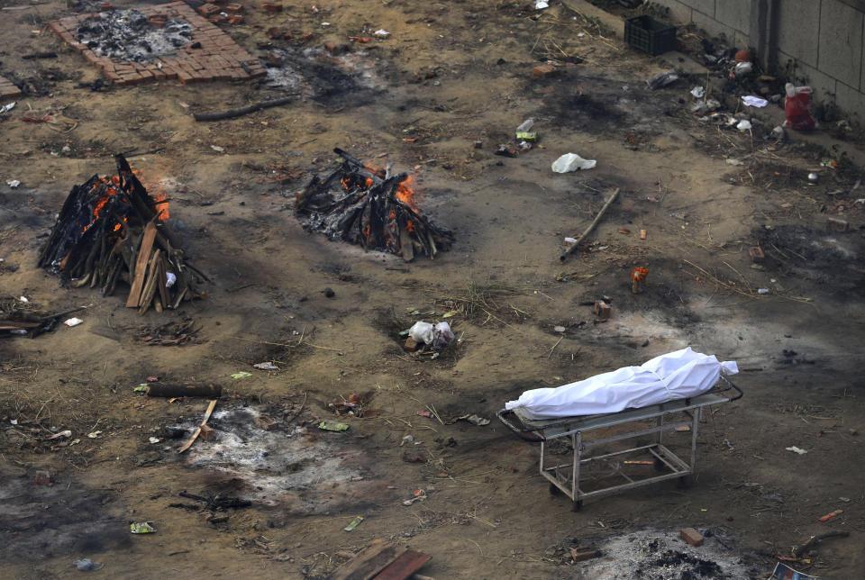 Mehrere Bestattungsunternehmen von Patienten, die an der Covid-19-Krankheit gestorben sind, brennen in einem Land, das in ein Krematorium umgewandelt wurde, um die Leichen von Coronavirus-Opfern am Mittwoch, den 21. April 2021 in Neu-Delhi, Indien, zu verbrennen (AP Photo).