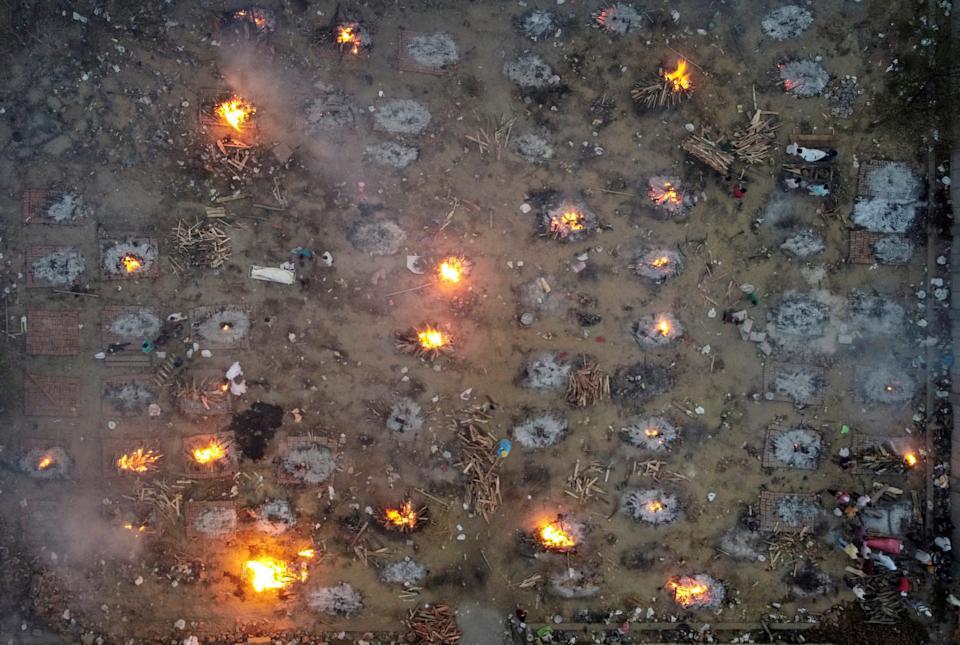 Szene der Einäscherung der Leichen von Opfern, die an der Coronavirus-Krankheit (Covid-19) gestorben sind, in einem Krematorium in Neu-Delhi, Indien, 22. April 2021. Foto aufgenommen von einer Drohne.  REUTERS / Dänische Siddiqui