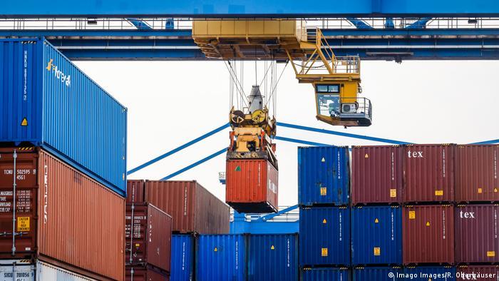 Containertransport im Hafen von Duisburg in Deutschland