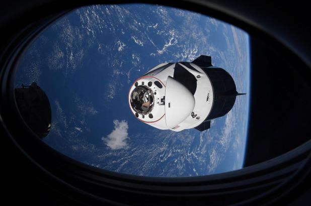 Die SpaceX Crew Dragon-Kapsel mit vier Astronauten nähert sich am 24. April 2021 der Internationalen Raumstation, die die Erde umkreist.