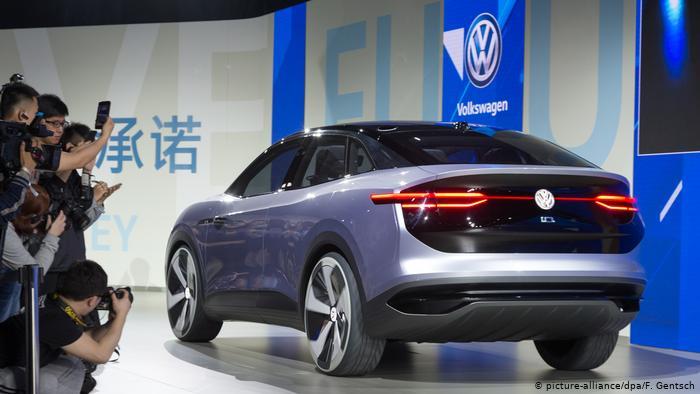 Ein Volkswagen Crossover wird einem Autohaus in Shanghai, China, ausgestellt