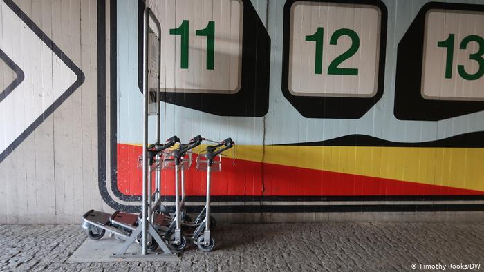Passagiergepäckwagen am Berliner Flughafen Tegel