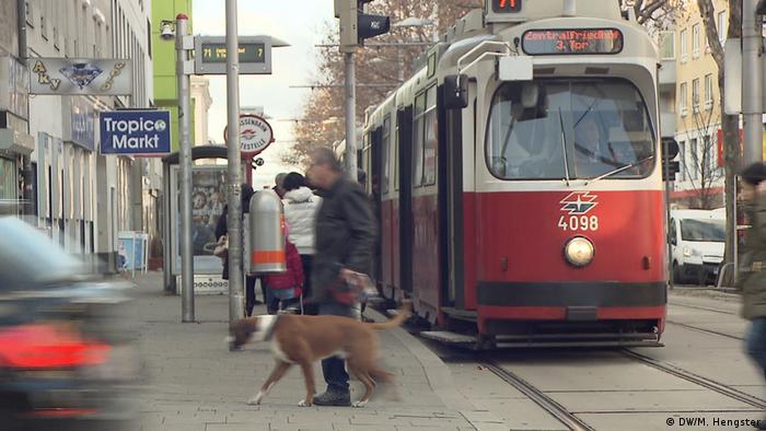 Rote und weiße Straßenbahn in Wien, Österreich