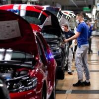 Das Volkswagen Fließband nach der Wiederaufnahme des Werks nach der durch das Coronavirus verursachten Abschaltung im April letzten Jahres in Wolfsburg wurde wieder in Betrieb genommen.  |  Pool / über Reuters