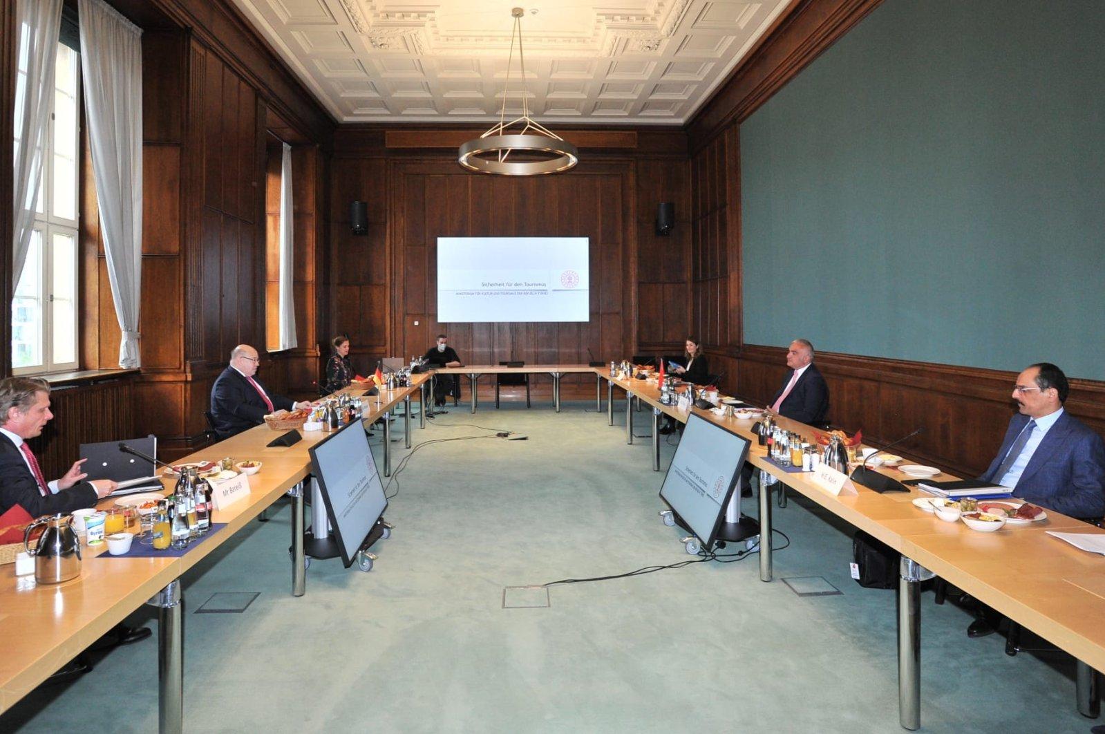 Hochrangige türkische und deutsche Beamte sprechen während ihres Treffens in Berlin über Tourismus