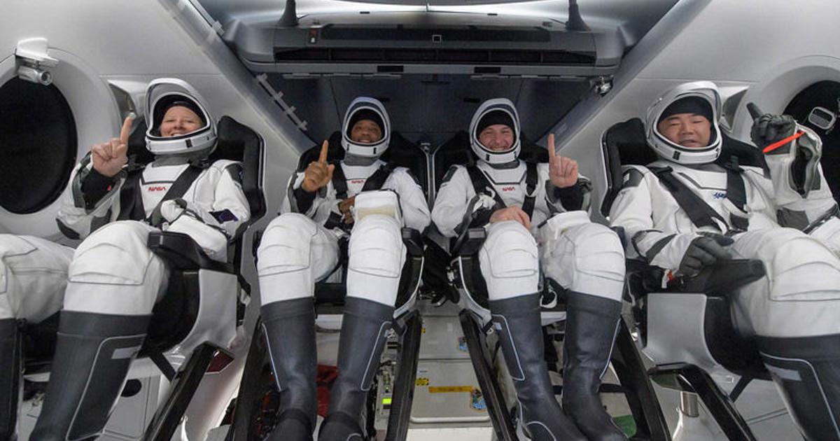 SpaceX Crew Dragon-Astronauten kommen mit einem seltenen Spritzer vor Sonnenaufgang im Golf von Mexiko zu ihren Häusern