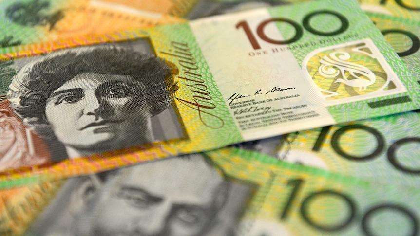 100 australische Dollarnoten übereinander.