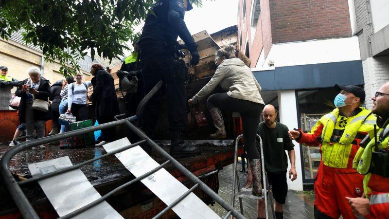 Tausende fliehen, als Hochwasser die niederländische Verteidigung durchbricht