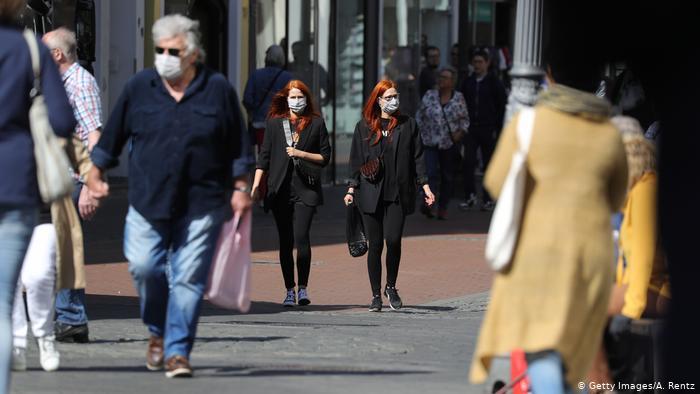 Im nordrhein-westfälischen Bonn gingen Käufer auf die Straße, nachdem Deutschland zur Lockerung der Sperrbeschränkungen für Coronaviren die Eröffnung von Geschäften mit weniger als 800 Quadratmetern erlaubt hatte.  Einige Käufer tragen Masken.