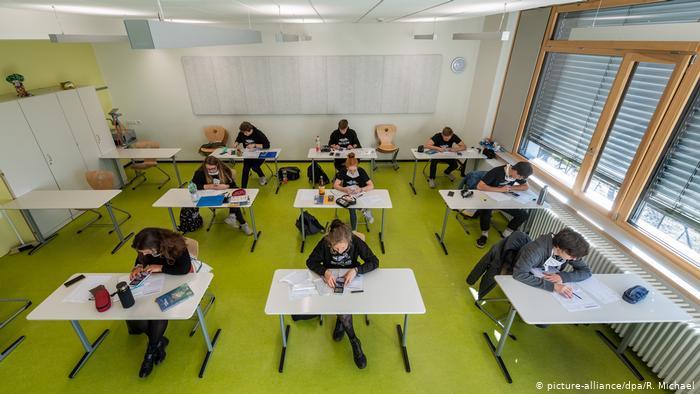 Eine Schule im sächsischen Dresden ermöglicht älteren Schülern den Wiedereinstieg in den Unterricht, um sich auf das Abitur vorzubereiten.  Schulen in Sachsen, Brandenburg und Berlin dürfen wieder öffnen, wenn sie soziale Distanzierungsmaßnahmen einhalten, um die Ausbreitung des Coronavirus einzudämmen.