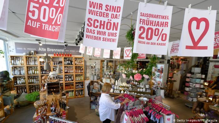 Ein Lifestyle-Store in Ludwigsburg, Sachsen-Anhalt, begrüßt seine Kunden nach dem Coronavirus-Lockdown in Deutschland mit einem Banner und Rabatten.