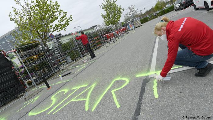 Ladenarbeiter in Deutschland zeichnen das Wort