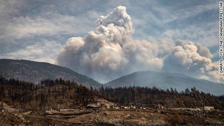 Das am 30. Juni durch die Buschfeuer von Leighton Creek zerstörte Eigentum wird als Pyrokumuluswolke, auch als Feuerwolke bekannt, angesehen, die durch die gleichen Brände verursacht wurde, die am Sonntag, den 15. August 2021, in den Bergen oberhalb von Lytton, British Columbia, aufkamen.