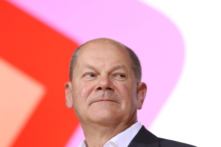 Olaf Schulz lächelt